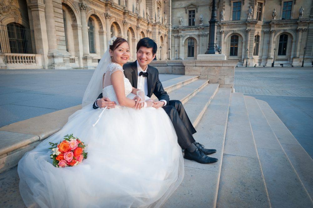 Paris Photographer wedding couple sitting at Louvre