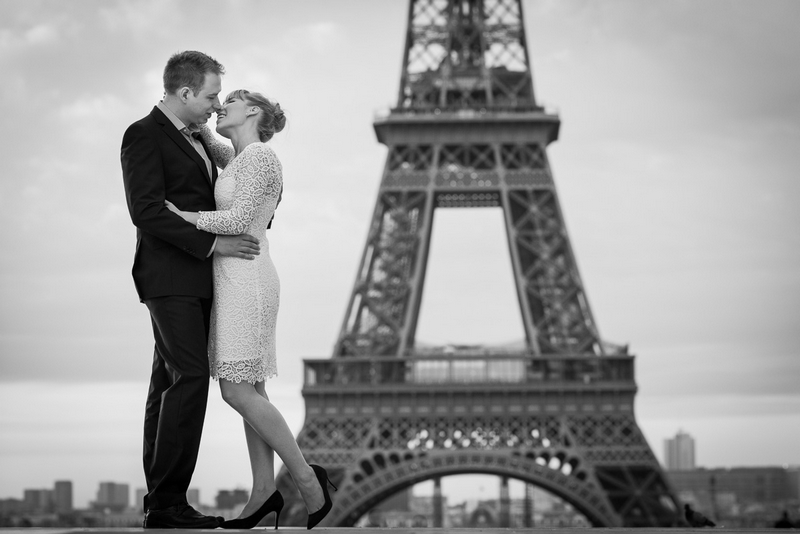 Paris photographer sunrise picture with couple kissing at the Eiffel Tower