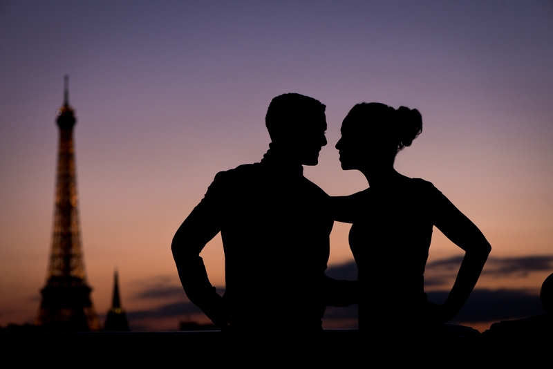 Photographer Paris silhouette picture of couple and Eiffel Tower