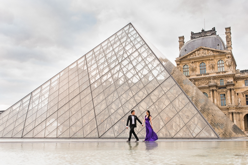 Pre wedding pictures couple at Louvre Pyramid