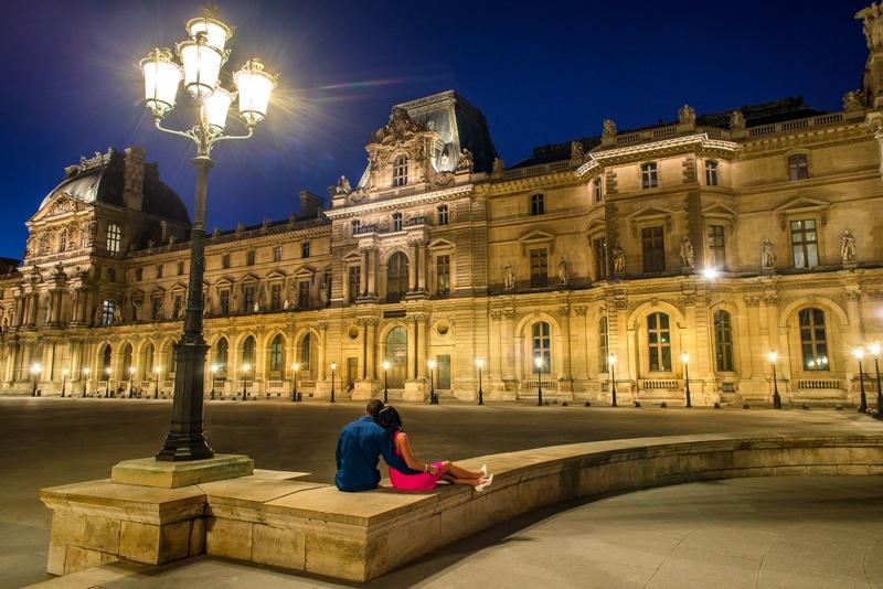 Honeymoon in Paris pictures couple hugging Louvre Museum