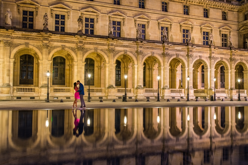 Honeymoon in Paris pictures couple kissing at night at Louvre Museum