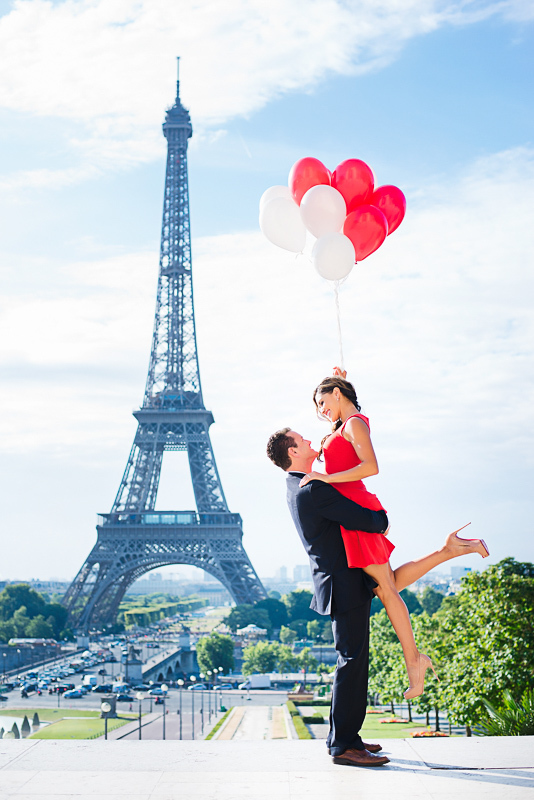 Couple and red balloons Eiffel