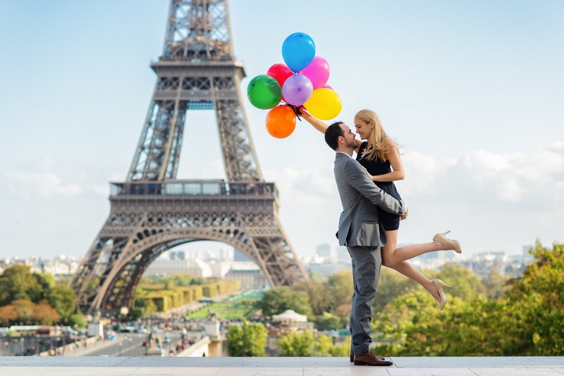Paris photo session having fun with colorful balloons