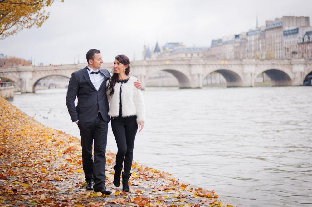 Paris Photographer Romantic walk river Seine Paris