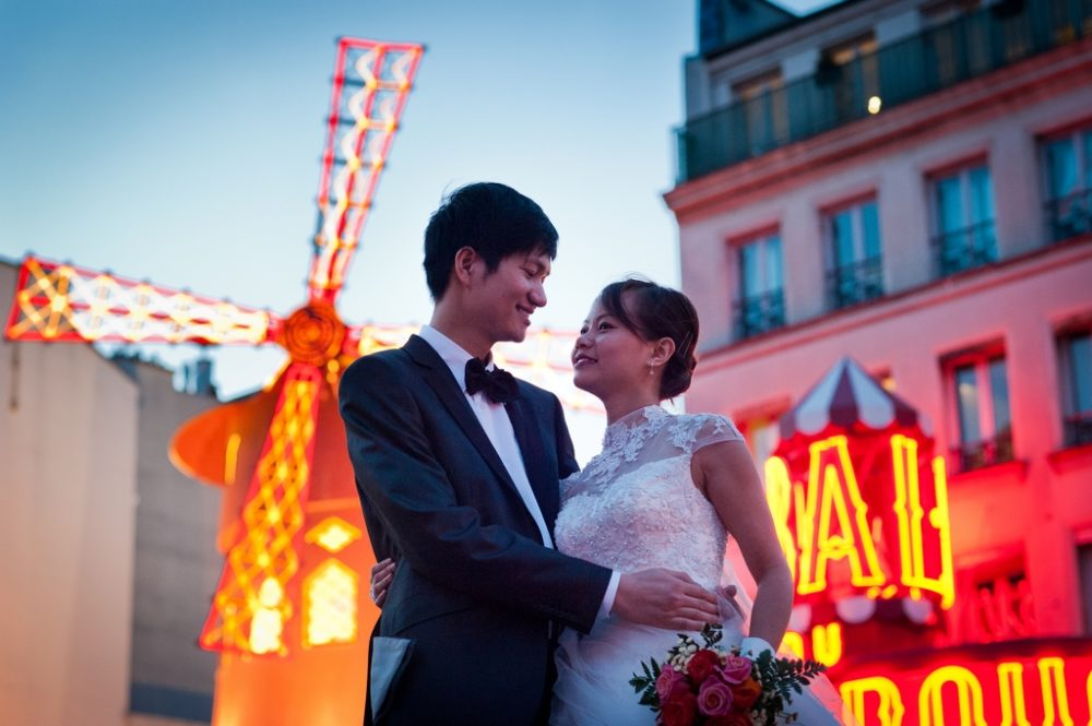 Paris Photographer newly weds Moulin Rouge