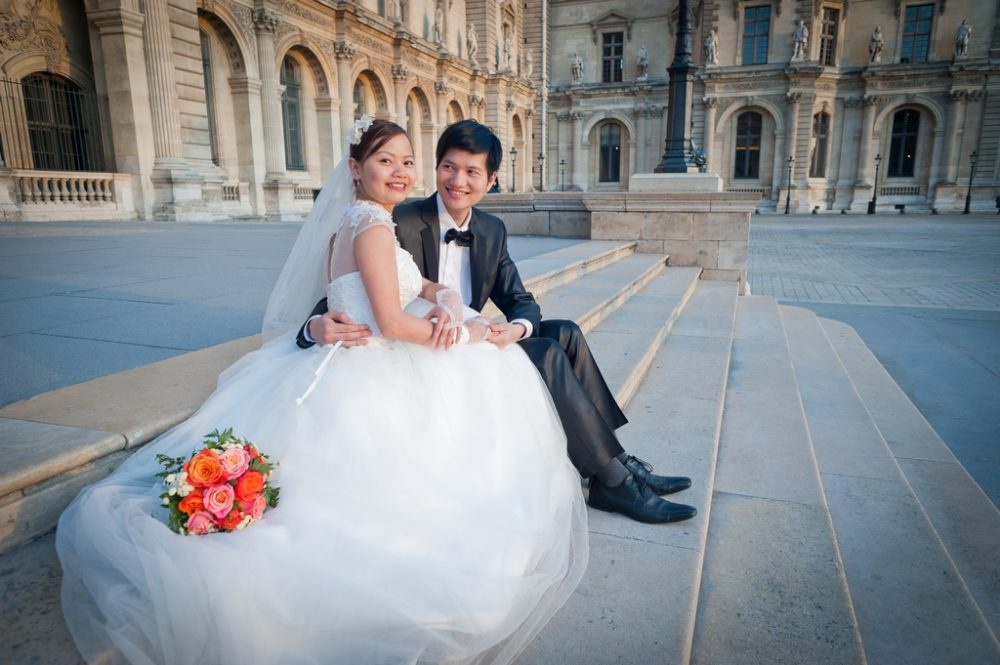 Paris Photographer wedding couple sitting at Louvre