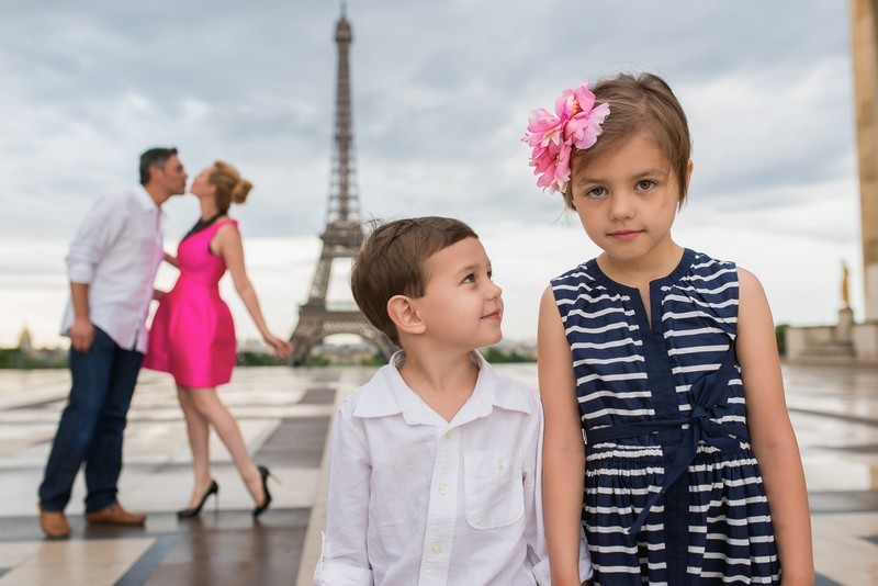 Cute family photo in Paris