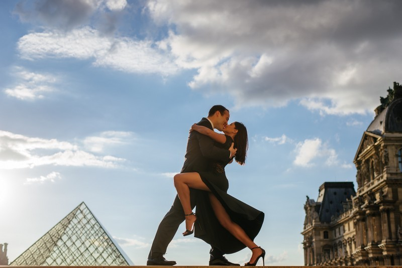 Tango dancers at Louvre Museum during anniversary photo session in Paris