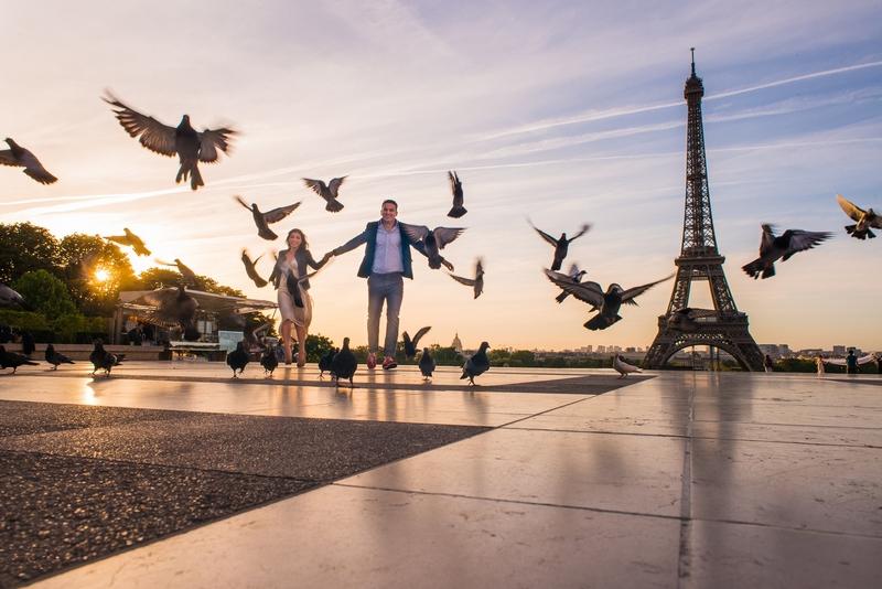 Photographer Paris sunrise photo couple chasing pigeons Trocadero Paris Eiffel Tower