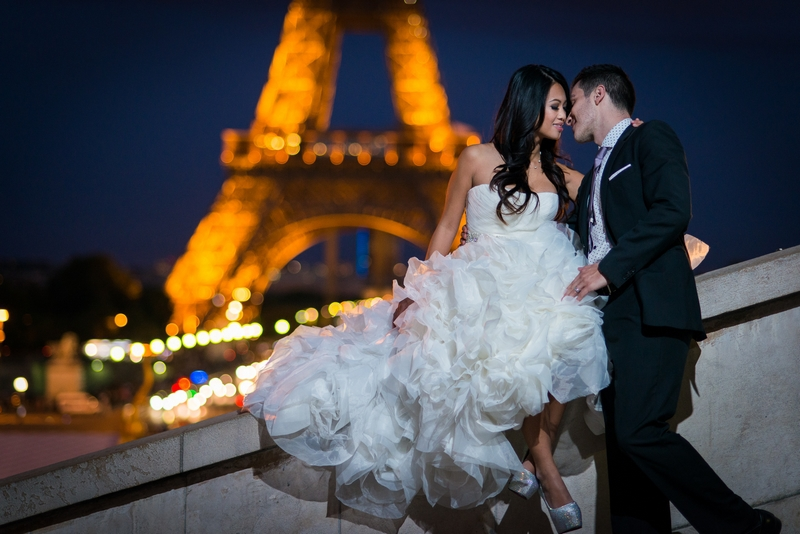 Photographer Paris sunset picture with bride and groom from USA