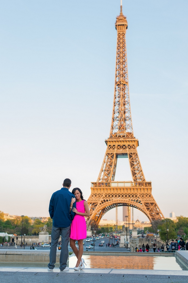 Honeymoon in Paris pictures couple at Eiffel Tower