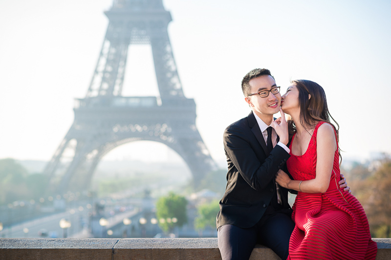 Funny engagement photo Paris