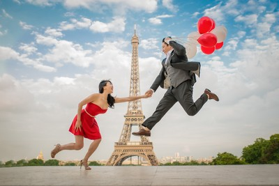 Couple having fun on their honeymoon photo session at Trocadéro Paris