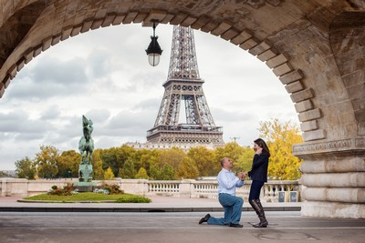 Gentleman proposing to his girlfriend on Bir Hakeim bridge in Paris