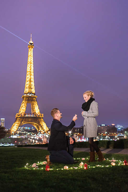 surprise-proposal-night-eiffel-tower-heart-roses-and-candles