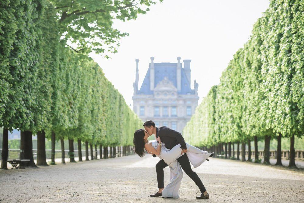 Paris engagement photographer Ioana – Tuileries gardens romantic dip and kiss
