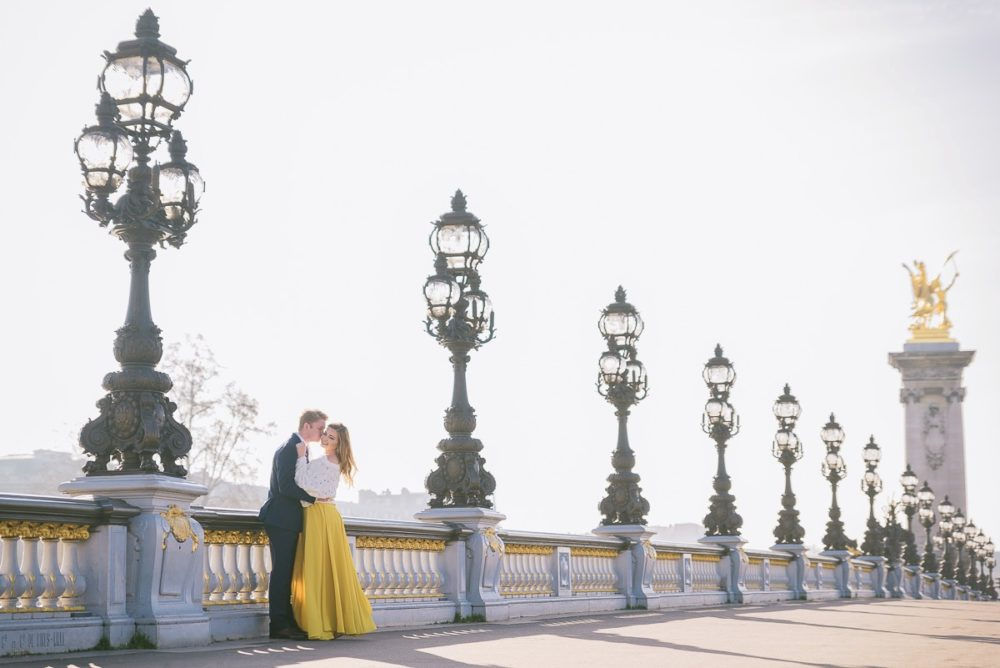 Paris photographer Ioana – iconic engagement photo on Alexander 3 bridge