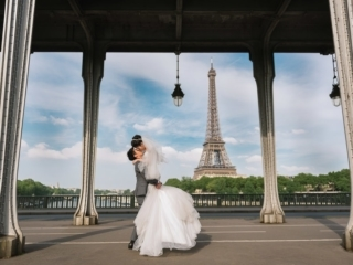 Best couple photos – bride and groom kissing on the Bir Hakeim bridge in Paris