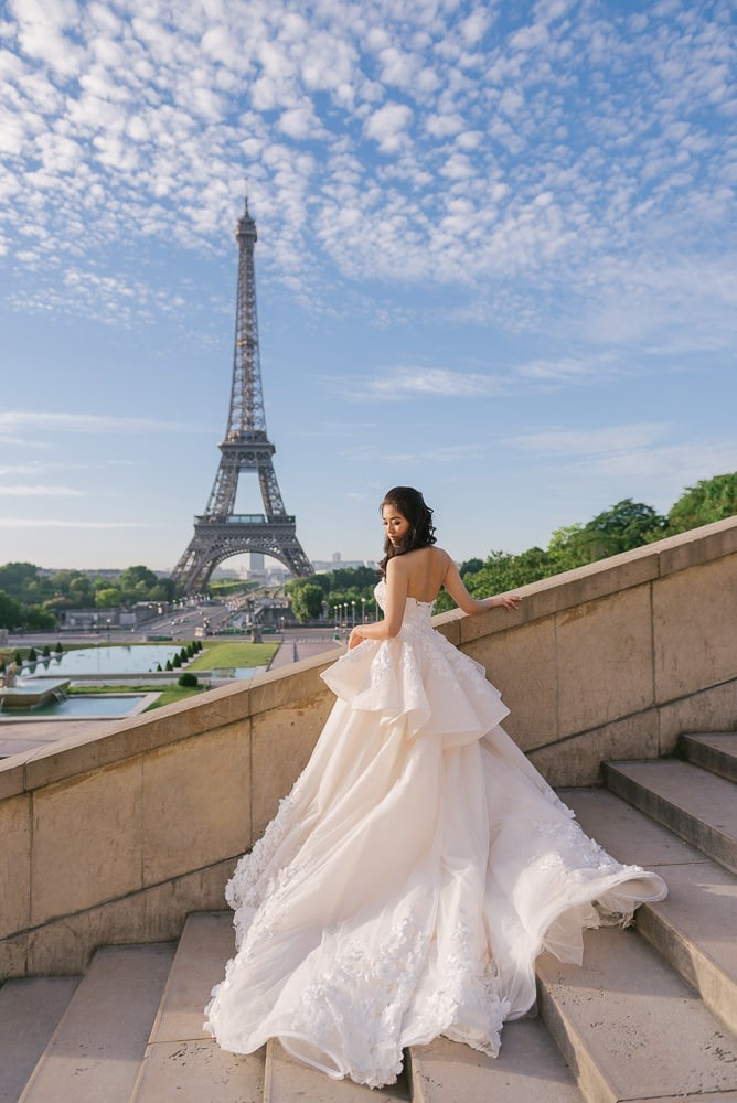 Best couple pictures – Bride from Myanmar posing in front of the Eiffel Tower in couture wedding dress