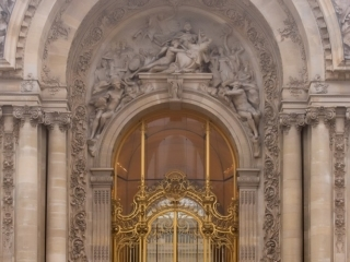 Best pictures for couples in Paris – Bride and groom going up the stairs of Le Petit Palais in Paris