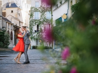 Posing ideas for couples – The romantic dance in Paris