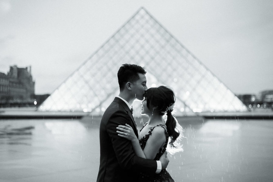 pre wedding photography paris - night photos at the Louvre Museum