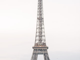 Picture ideas for couples -Iconic framing of a young couple in the middle of the Eiffel Tower