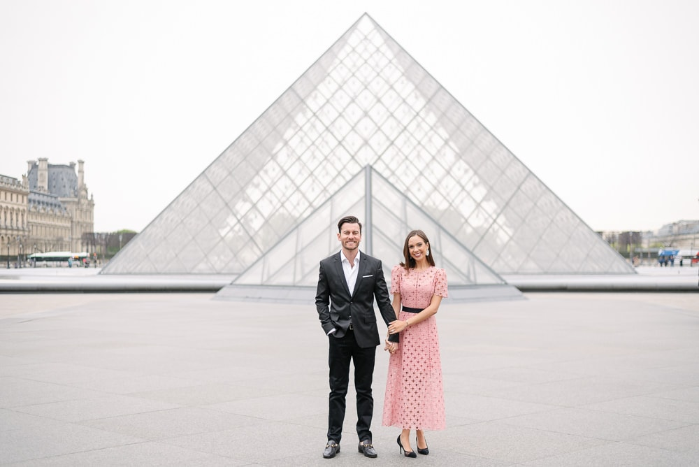 Simple couples portrait ideas - holding hand and looking into the camera